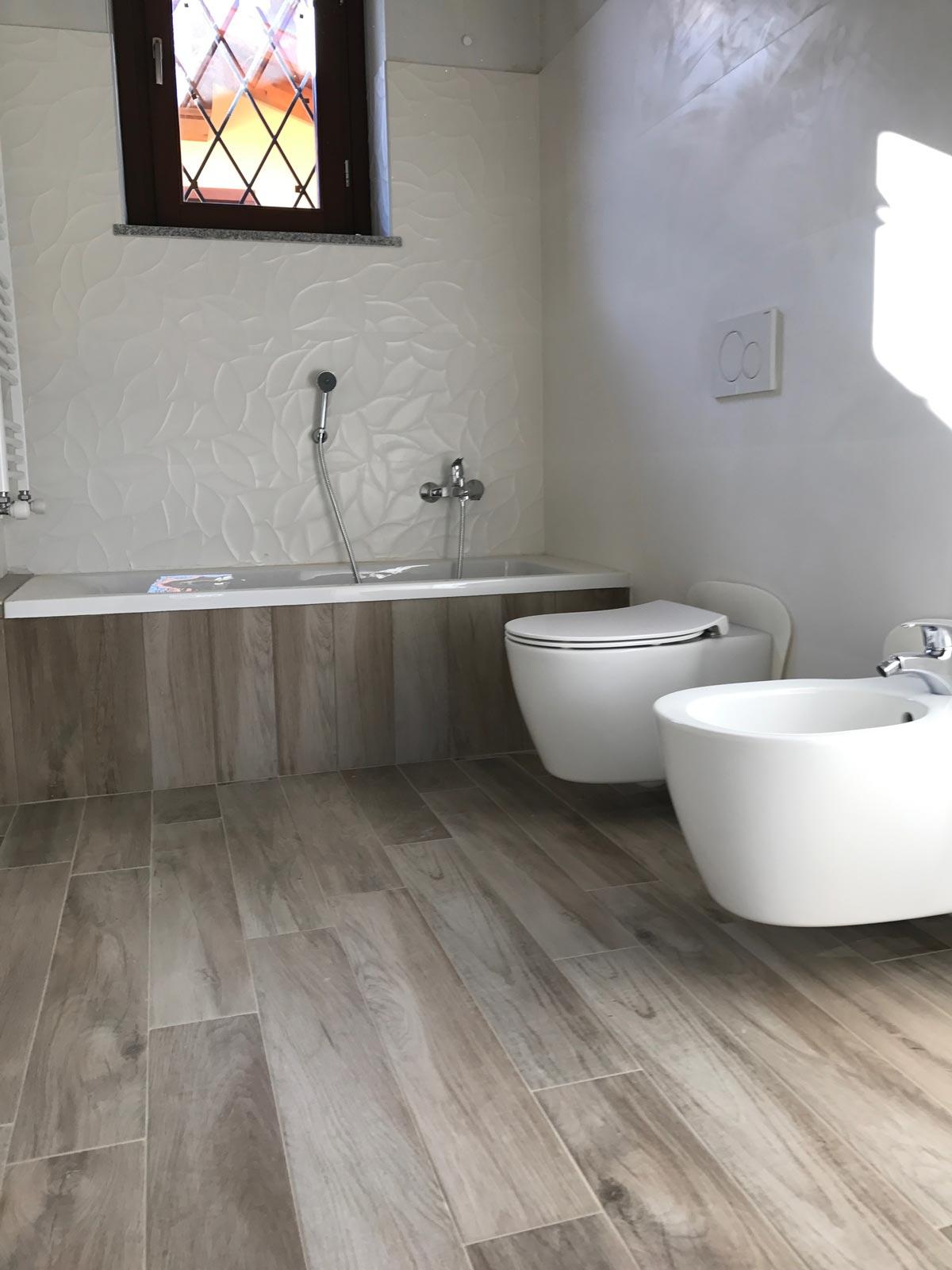 Bagno in Gres Effetto Legno e Gres Bianco 3D  Marazzi