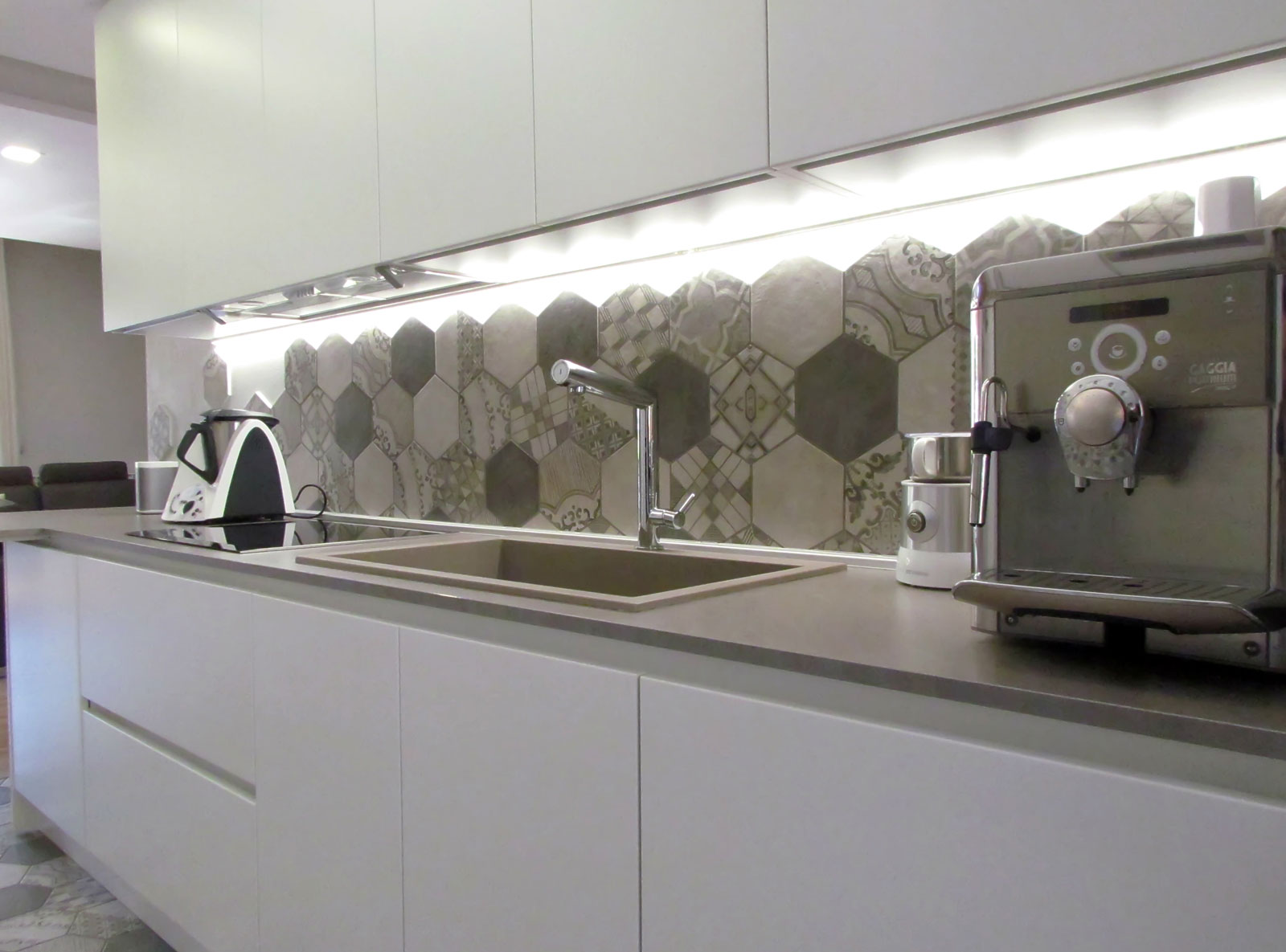 La cucina si veste di cementine marazzi - Piastrelle esagonali cucina ...