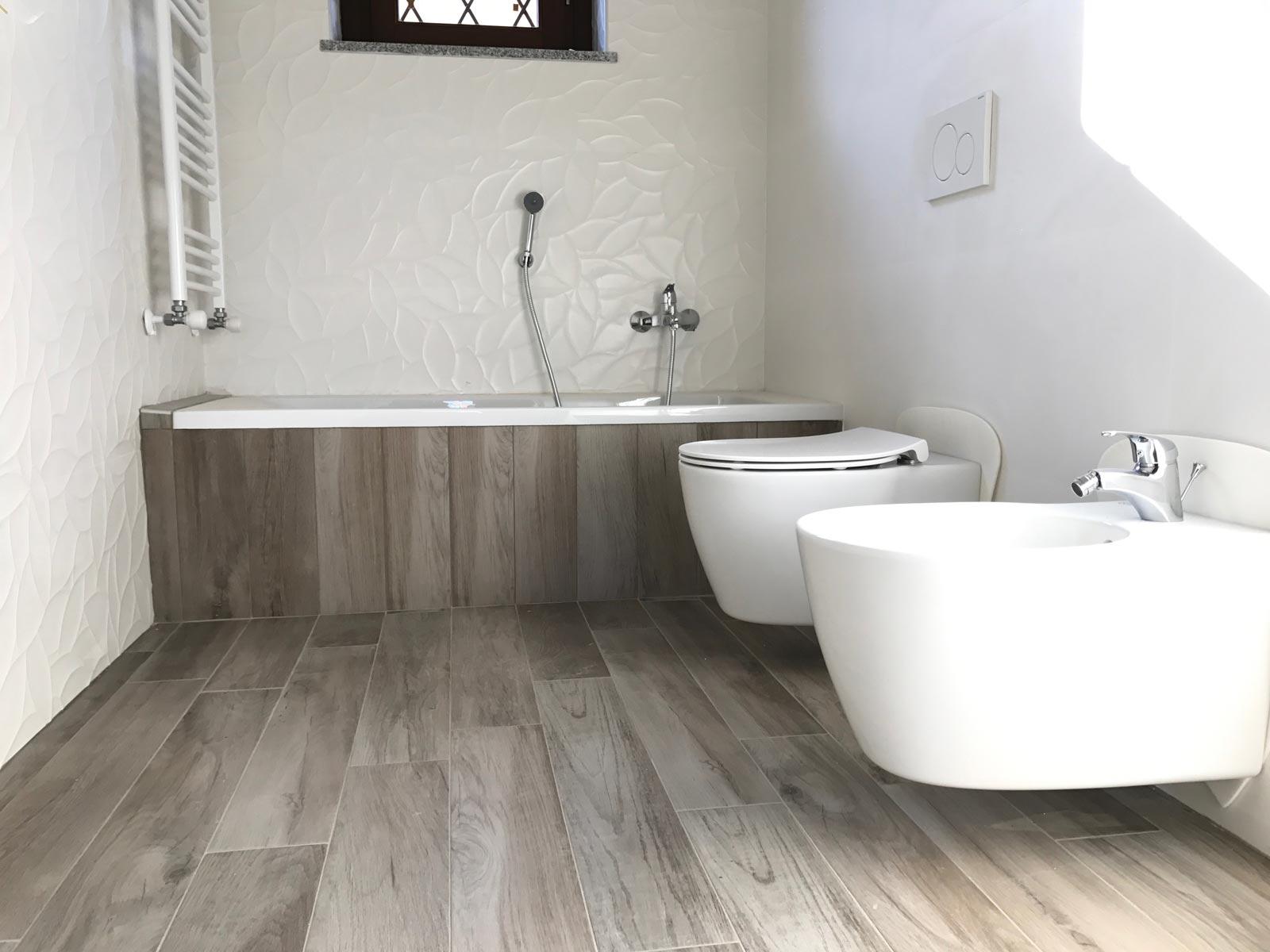 Rivestimenti Bagno Gres Porcellanato Effetto Legno : Bagno in gres effetto legno e bianco d marazzi