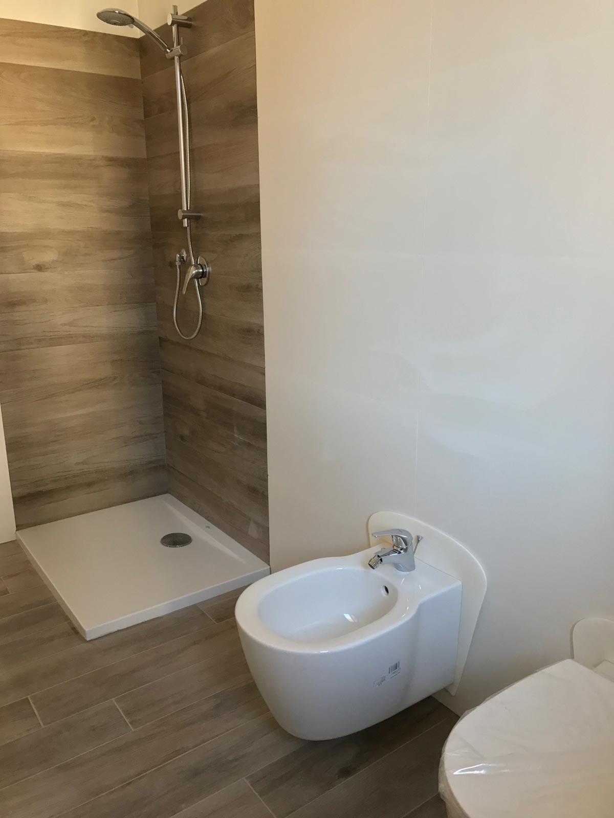 Bagno in gres effetto legno e gres bianco 3d marazzi - Rivestimento bagno legno ...