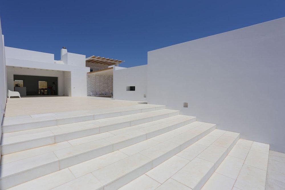 Total white con il gres brooklyn di marazzi in una for Come costruire una villa