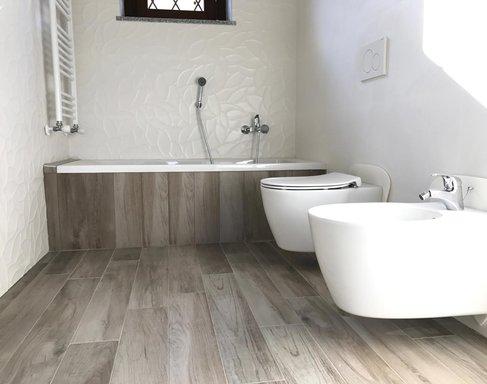 Bagno Legno E Bianco : Bagno in gres effetto legno e gres bianco d marazzi