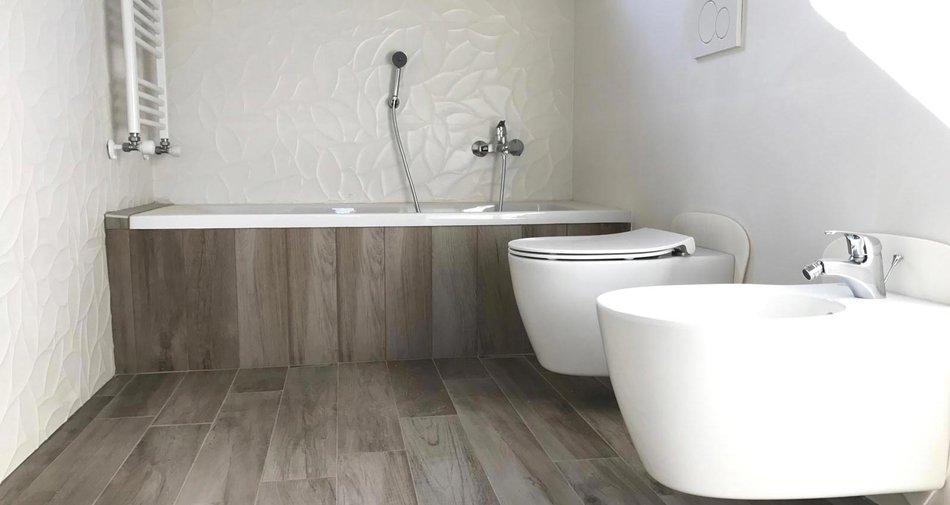Bagno in gres effetto legno e gres bianco 3d marazzi for Marazzi ceramiche effetto legno