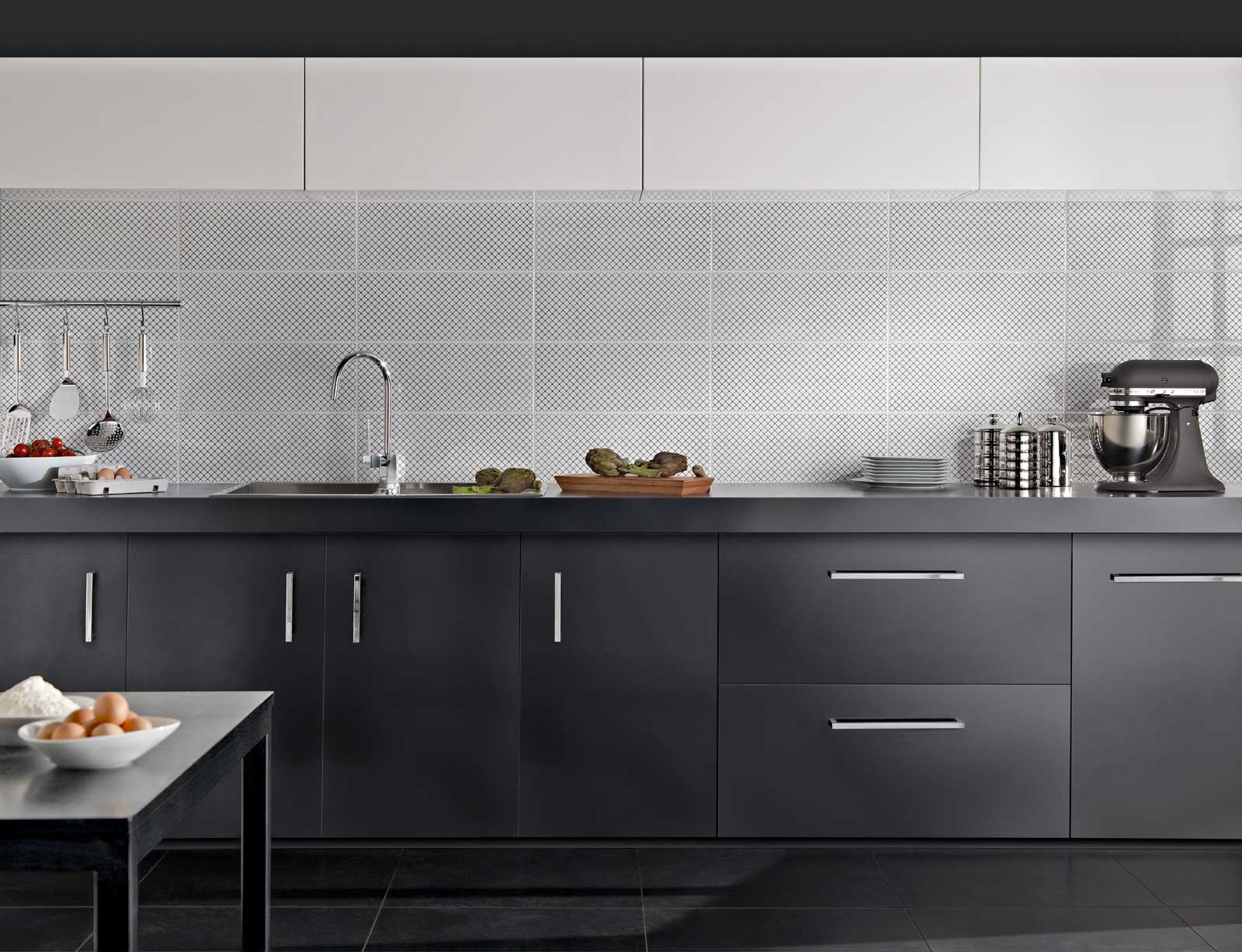 Black white piastrelle per bagno e cucina marazzi for Piastrelle cucina bianche e nere