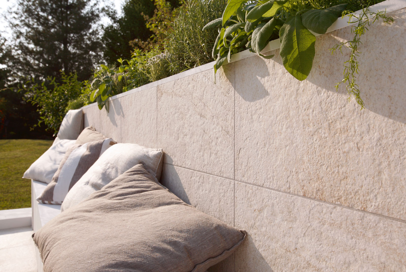 Pavimenti per esterni piastrelle gres porcellanato marazzi - Come piastrellare un muro esterno ...